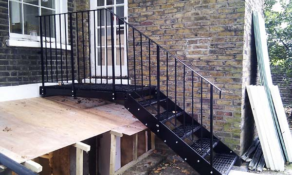 Fire escapes walkways staircases and cat ladders for Escaleras de metal para exteriores